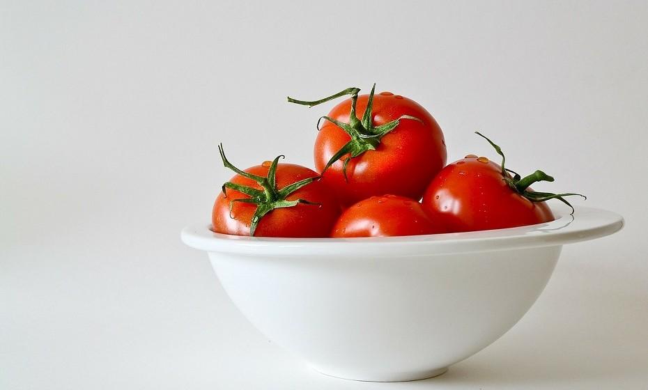 Os tomates são ricos em vitamina C, potássio e licopeno, um antioxidante com propriedades anti-inflamatórias impressionantes.