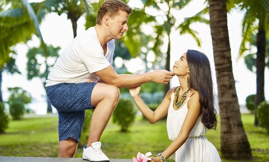 «Amor, achas aquela mulher gira?» - pergunta ela. «Não, tu és muito mais linda» - responde ele.