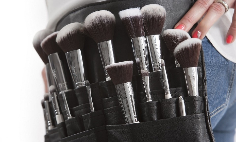 Lave os seus pincéis de maquilhagem com frequência. É algo aborrecido e demorado, mas acredite que a sua pele vai agradecer. Com o tempo e uso, os pincéis vão acumulando sujidade e bactérias, o que pode resultar em poros entupidos e algumas borbulhas.