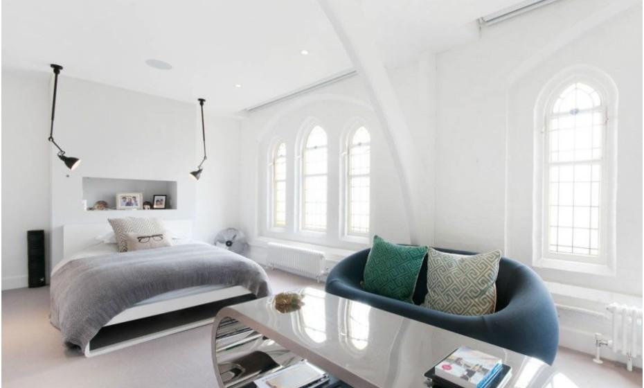 Os quartos são espaçosos e apresentam uma decoração moderna.