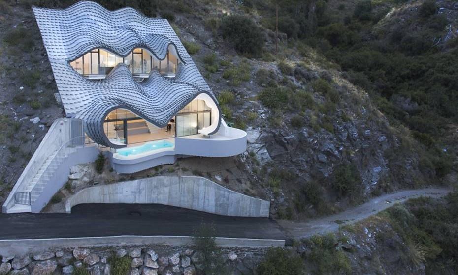 Chama-se Casa del Acantilado (Casa do Penhasco) e está maioritariamente construída dentro de um penhasco com um declive de 42 graus. A vista é para o mar Mediterrâneo. Conheça esta obra da arquitetura espanhola, em simbiose com a natureza.