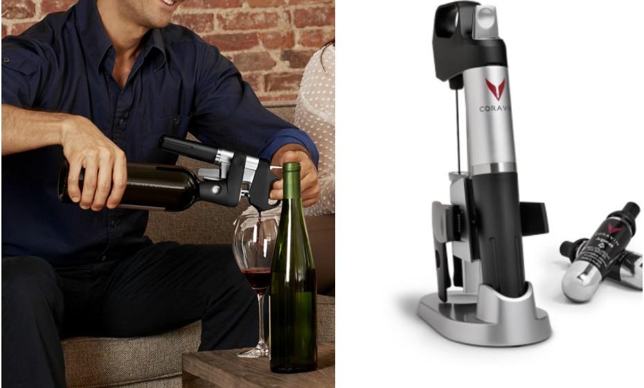 Este presente é para pais difíceis de impressionar. O 'Coravin' é um sistema que permite servir vinho da garrafa sem retirar a rolha. Se o seu pai for amante de um bom vinho, este presente vai deixá-lo muito feliz. Marca: Heritage Wines.