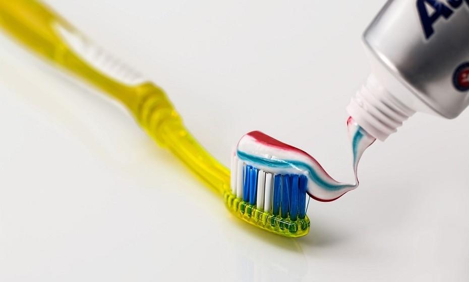 Lave os dentes antes de comer e não apenas depois. Prefira uma pasta de dentes branqueadora.