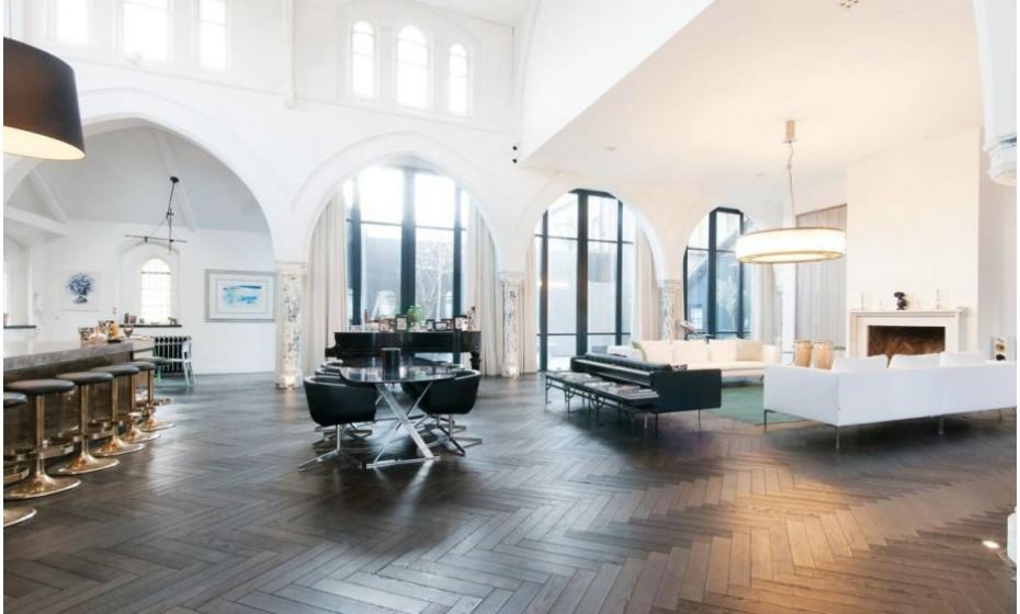 Ainda que o edifício apresente largas dimensões, a casa restaurada tem apenas quatro quartos – um no andar principal e três no andar de cima. No entanto, todos têm casa de banho privada.