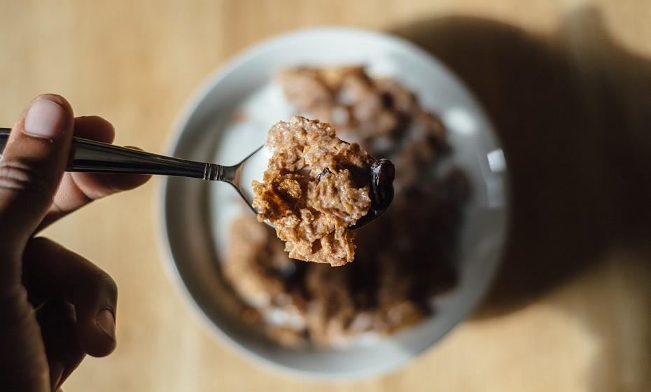 Cereais – São altamente processados e contêm apenas uma pequena dose de grãos integrais. Muitos cereais de pequeno-almoço apresentam uma maior quantidade de açúcar do que algumas bolachas ou sobremesas. O facto de terem grãos ou vitaminas artificiais e minerais não fazem deste produto uma escolha saudável.