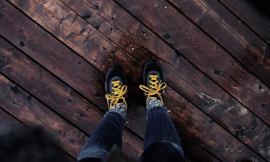 Com o tempo, o calçado pode estragar o chão. Os sapatos ou os saltos altos são os mais abrasivos e podem arranhar a madeira ou, até mesmo, arrancar pequenas partes do seu tapete.