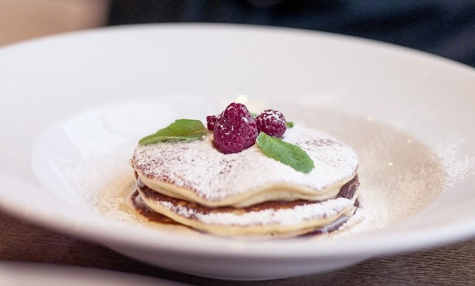 Panqueca e waffles – São feitas com farinha refinada e cobertas por xaropes ricos em açúcar. Podem promover a resistência à insulina e aumentar o risco de obesidade, diabetes tipo 2 e outras doenças.