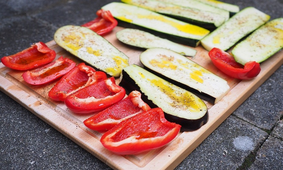 Os legumes assados são uma excelente escolha: São mais saborosos e nutritivos. O problema é que demoram algum tempo a preparar. Experimente curgete ou pimentos assados, não se vai arrepender!