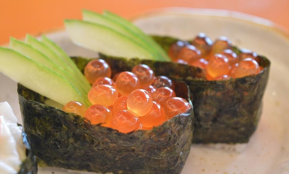 As pequenas gotas vermelhas que se encontram frequentemente no sushi não são caviar, mas sim ovas de peixe voador ou tobiko.