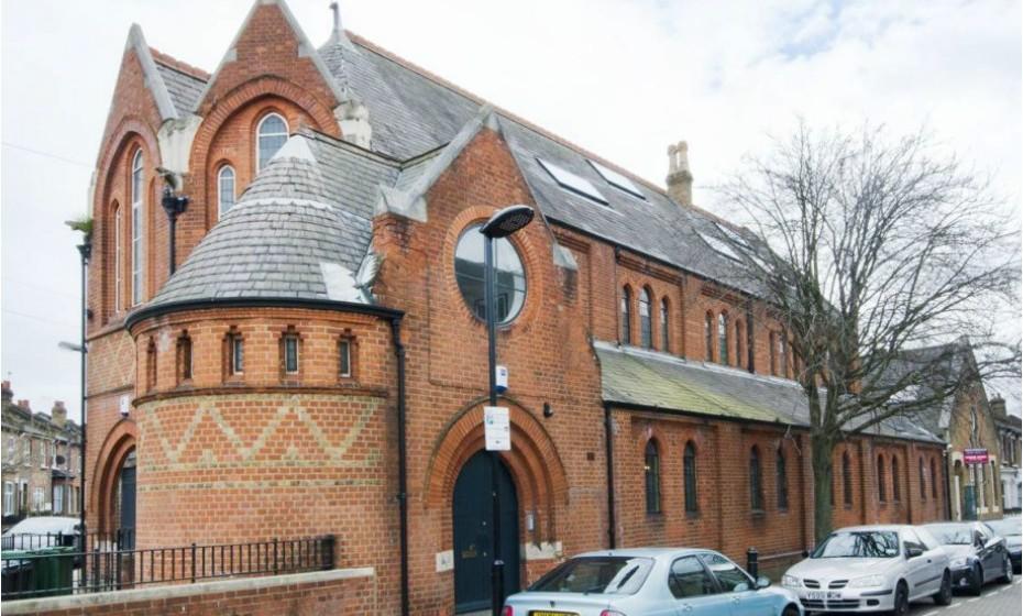 Visto de fora, o edifício ainda tem uma aparência de uma igreja típica. O tijolo original está em boas condições e não foi dramaticamente alterado durante a renovação.