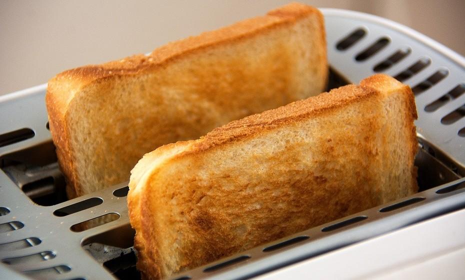 Torradas com manteiga – A farinha, na maioria do pão, é refinada, ou seja, fornece poucos nutrientes e pouca fibra. A maioria das manteigas contêm gorduras trans que é o tipo menos saudável de gordura que pode ingerir. Este tipo de manteiga aumenta o açúcar no sangue e os níveis de insulina.