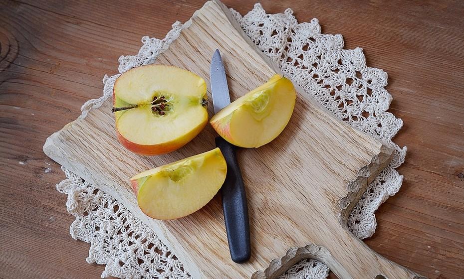 Em vez de afogar a sua salada em molhos ricos em açúcares processados, adicione fruta fresca picada à salada. Para além de dar um toque de doçura à refeição, dá-lhe um toque de sabor. Experimente maçã, figos, manga ou morangos. Você decide o que fica melhor.