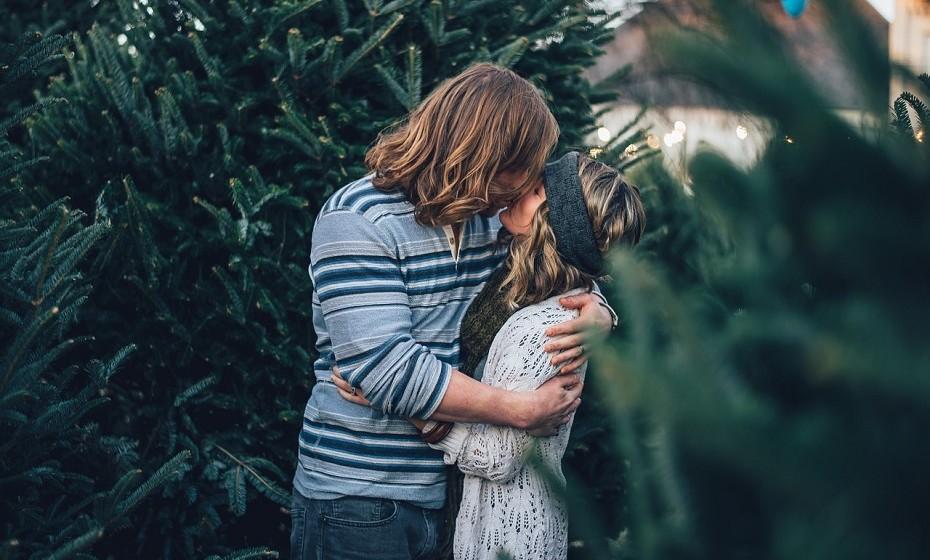 Dois estudos novos acerca do beijo descobriram que, para além deste ato ser sexy, também ajuda a escolher parceiros e a mantê-los (ou não). As mulheres, em particular, classificam o beijo como uma forma importante de testar o parceiro. No entanto, o beijo não é importante apenas no início de uma relação, pois tem um papel fundamental na manutenção da mesma.