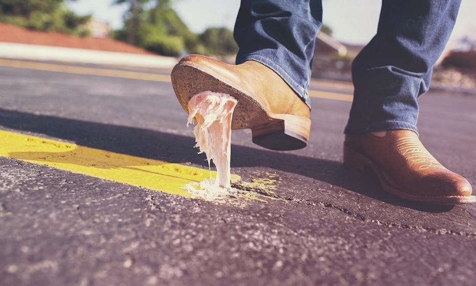 Andar por casa com sapatos significa andar a espalhar toda a sujidade acumulada durante o dia por toda a casa.