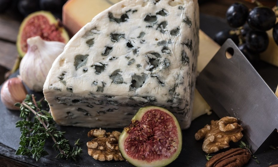 O teor de hidratos de carbono no queijo é variável, pois depende da marca, do tipo e do estágio de maturação. O principal hidrato de carbono é a lactose (açúcar do leite). A lactose é mais baixa em queijo envelhecido como, por exemplo, cheddar, mas superior em queijos frescos.