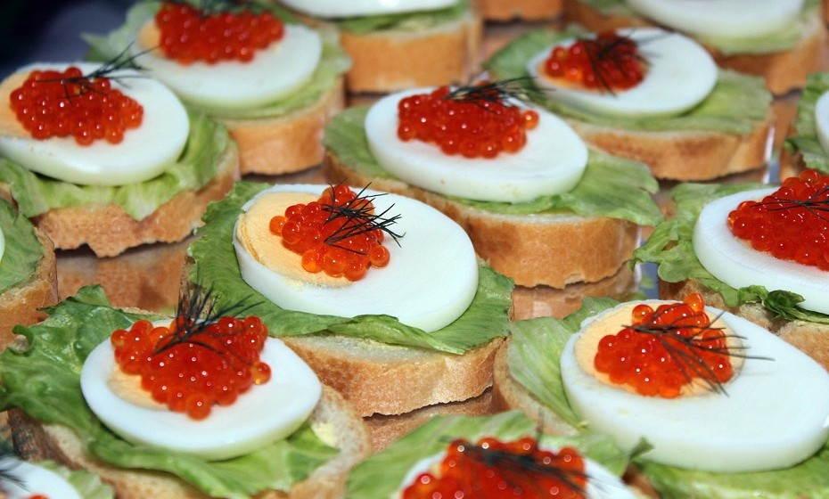 Esteticamente, o caviar deve estar brilhante e cada pérola deve estar separada. Quando em cima da língua, deve ser capaz de sentir cada glóbulo distintamente enquanto saboreia.