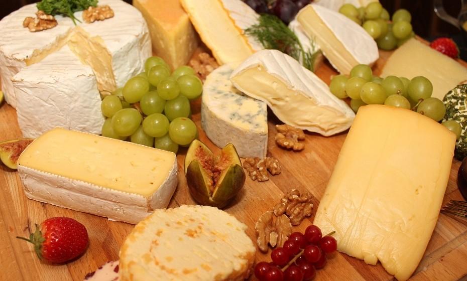 O queijo é uma fonte concentrada de vitaminas e minerais. Está entre os alimentos mais ricos em cálcio. Contém vitamina B12, sódio, fósforo, selénio, zinco, riboflavina, vitamina A e vitamina k2.