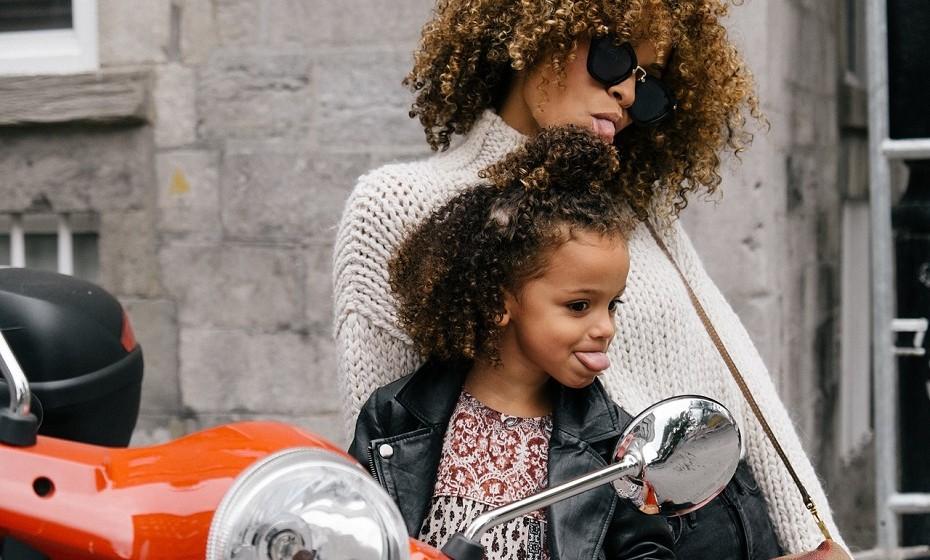 Informe-se sobre o desenvolvimento infantil. Entender o seu filho e em que fase da vida ele se encontra pode ajudar a criar a melhor estratégia de comunicação, isto é, saber como lhe passar informação de maneira a que ela seja processada e compreendida.