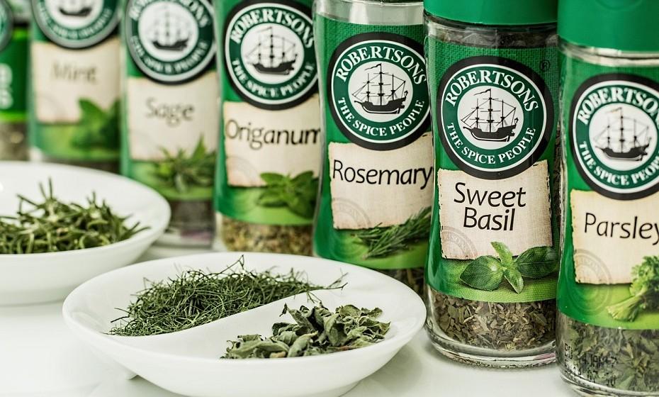 Conheça o maravilhoso mundo das ervas aromáticas. Estas dão imenso sabor às saladas, mas deve ter cuidado com algumas, pois podem ser bastante fortes. As ervas aromáticas mais comuns são, nomeadamente, a salsa, o coentro e o manjericão.