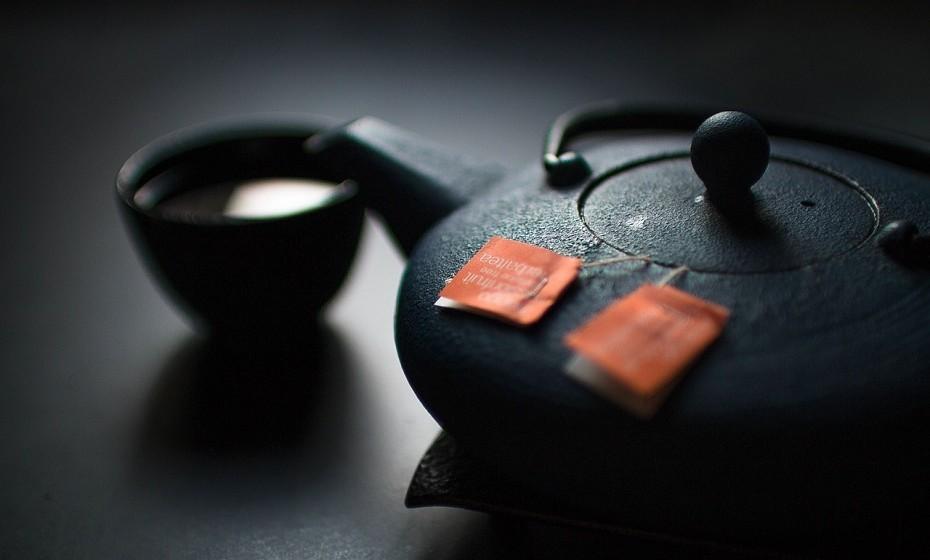 O chá verde tem elevado teor de uma substância chamada epigalocatequina-3-galato (EGCG), que reduz a inflamação e protege as células contra danos que podem levar à doença (cancro, Alzheimer, doenças cardíacas, etc).