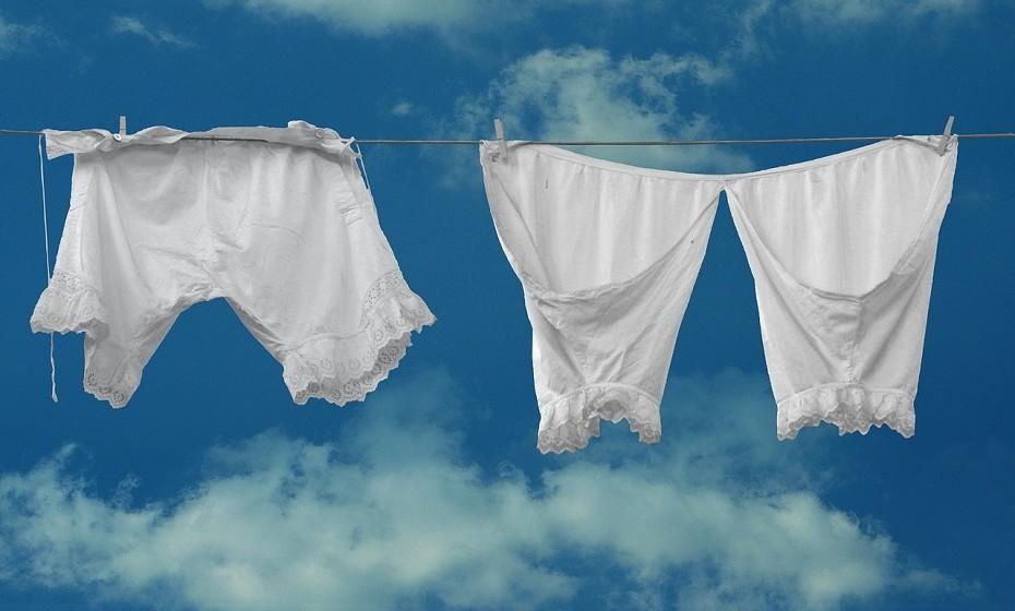 É um ótimo removedor de nódoas da roupa. Se eventualmente derramar um pouco de azeite ou qualquer outro molho na roupa, coloque pó talco na área e depois coloque a lavar. O pó talco tem a capacidade de absorver a gordura.