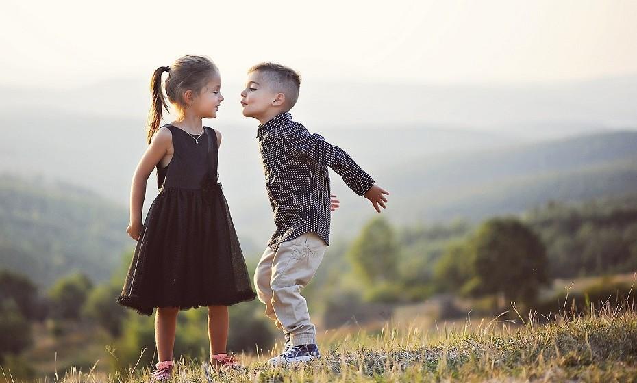 O respeito é muito importante. Ensine a criança a respeitar não só os adultos, mas todos aqueles que a rodeiam. É imperativo que lhe ensine coisas tão simples como 'obrigado' e 'por favor'.