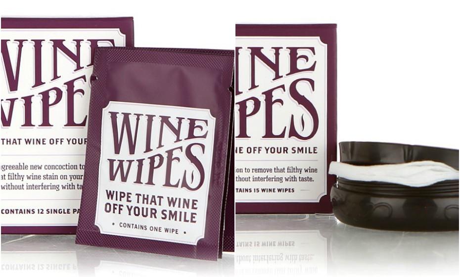 A empresa internacional 'Wine Wipes' criou umas toalhitas específicas para esta situação. As toalhitas estão impregnadas com substâncias como, por exemplo, bicarbonato de sódio, água oxigenada e glicerina que prometem remover as manchas de vinho do seu sorriso.