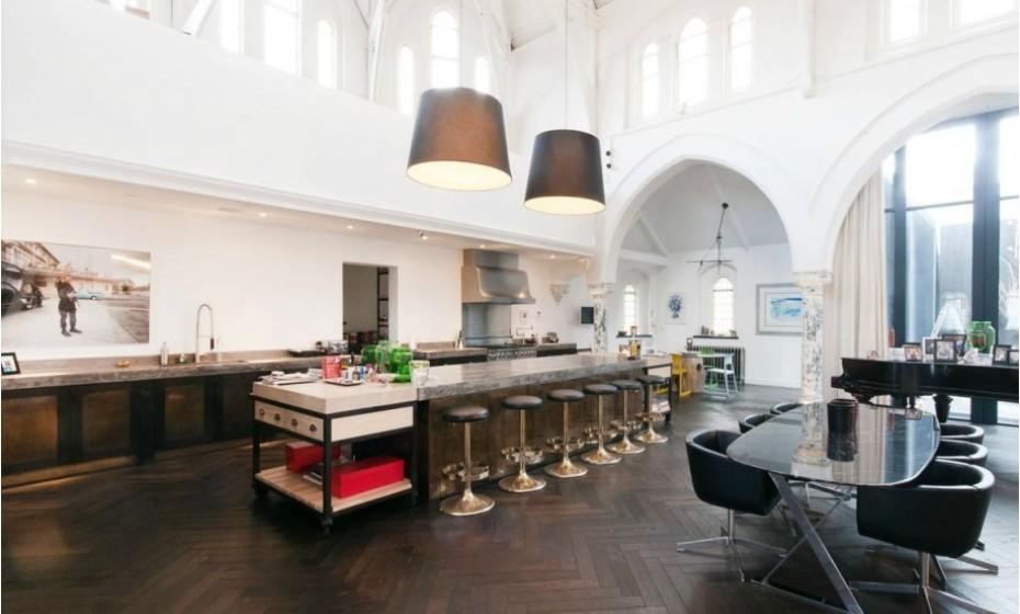A sala de jantar difunde-se com a área da cozinha e da sala de estar.
