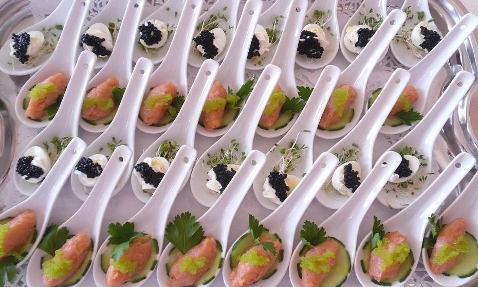 Um servidor de caviar de vidro, com um espaço próprio para gelo em torno da base, um recipiente em forma de cone para colocar o caviar e colheres feitas de madrepérola, cristal ou cerâmica é tudo o que precisa para poder servir esta relíquia alimentar com elegância.