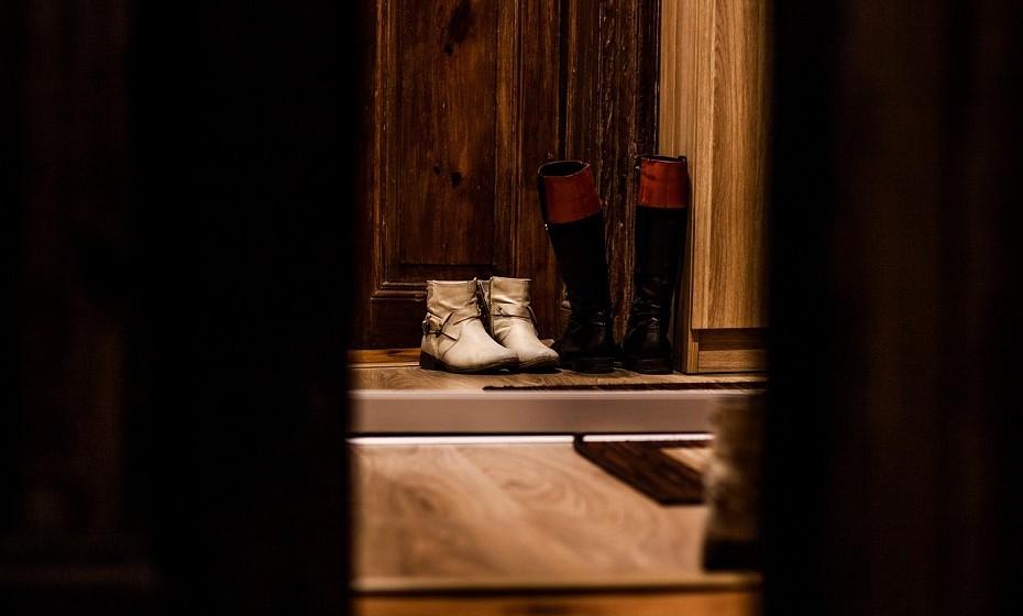 As poeiras e as toxinas agarradas ao calçado poluem o ar da sua casa.