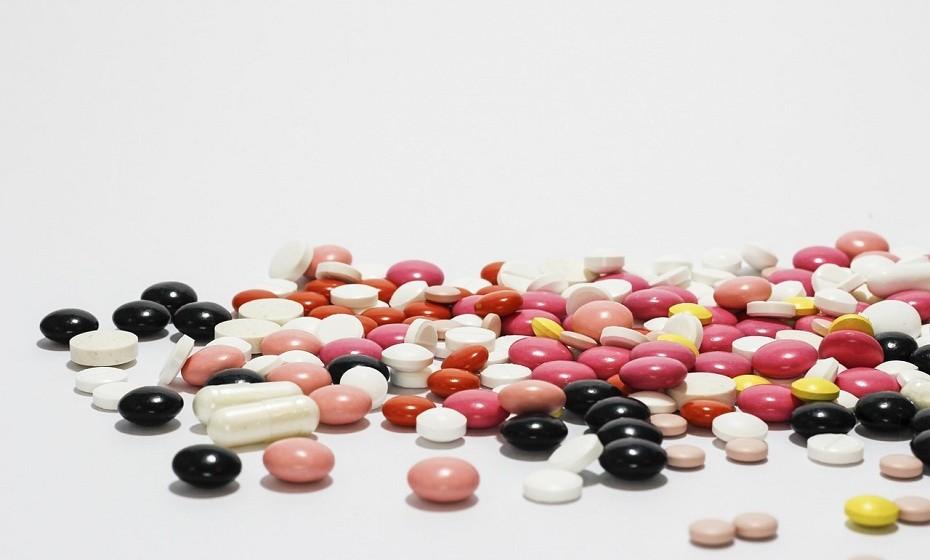 Nem tudo o que a indústria farmacêutica afirma é verdade. Não se pode deixar levar pelas «curas milagrosas, facilmente disponíveis, baratas e não patenteadas», diz o site.