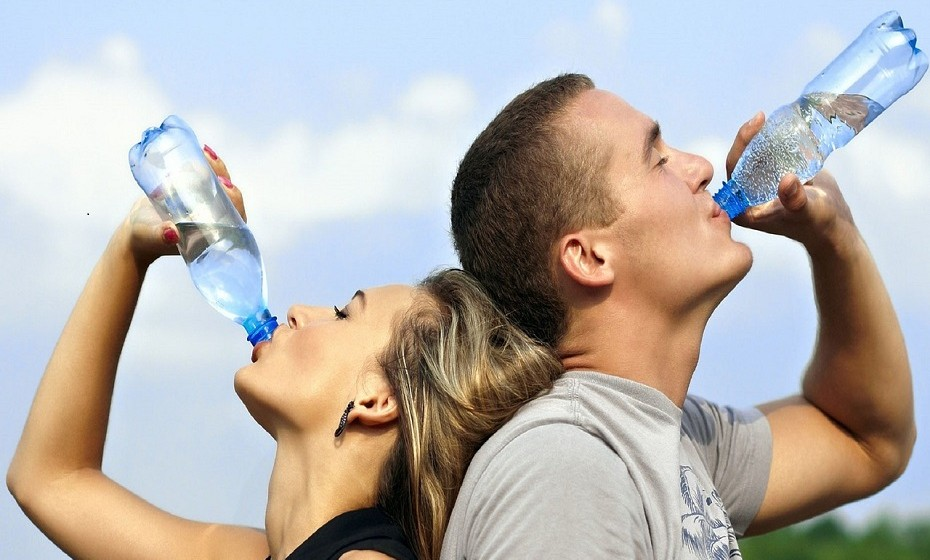 Hidrate-se. É recomendado que beba, pelo menos, 1,5L de água por dia.