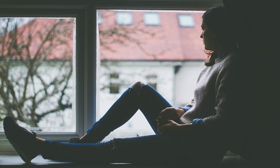 Passar tempo sozinha não é sinónimo de solidão. Aprenda a estar sozinha, mime-se. Tire um tempo para fazer aquilo que mais gosta e para refletir sobre a sua vida.