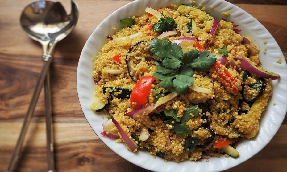 Este é um truque excelente para quem come saladas com frequência – tenha sempre pequenas porções de arroz ou de quinoa já prontas a consumir no frigorífico.