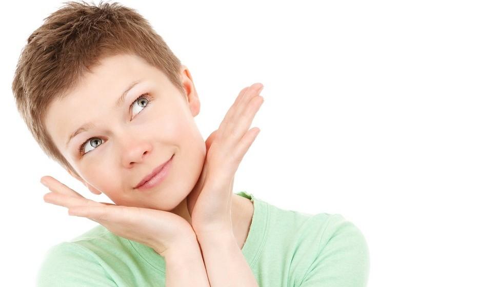 Faça uma exfoliação profunda uma vez por semana. Caso a sua pele seja muito sensível, opte por fazer de duas em duas semanas. A exfoliação serve para eliminar as impurezas e retirar as células mortas da pele. Além disso, ajuda a renovar a pele e a tratar da acne.