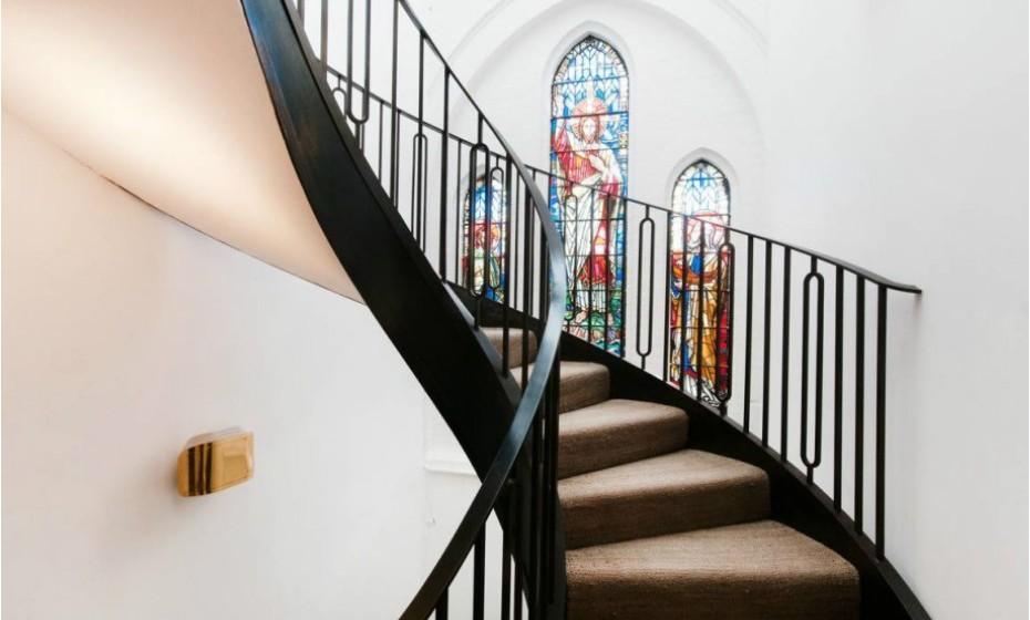 Alguns vitrais (decoração comum de uma igreja) foram mantidos após a restauração.