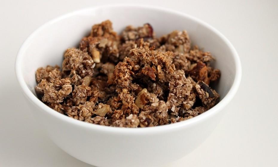 Barras de cereais – Podem soar um excelente pequeno-almoço, mas não são. Embora a aveia não transformada seja rica em fibras, as barras de granola fornecem 1-3 gramas de fibra, em média, e contêm uma grande quantidade de açúcar adicionado. Para agravar, muitas barras de cereais contêm pepitas de chocolate.