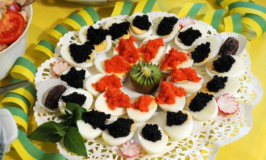 Se estiver numa festa e estão a servir caviar, verifique a disposição em que se encontra. Isto é, se o caviar estiver rodeado por algum tipo de ingrediente, como blini, tire uma pequena porção de caviar com uma colher e coloque no que estiver a ser oferecido, neste caso, no blini.