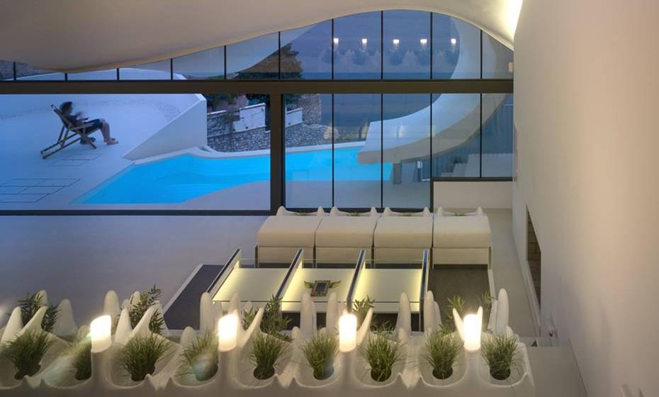 A casa de dois pisos foi construída para estar em sintonia com a natureza circundante e para tirar o máximo proveito da vista para o mar.