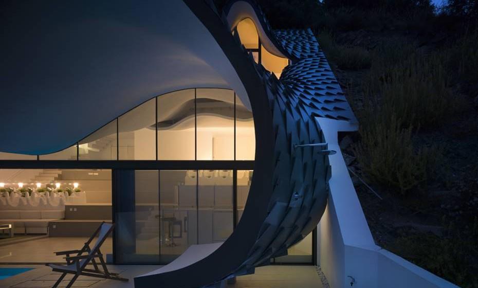 «A forma da casa e o telhado metálico produz uma estética ambígua cuidadosamente calculada entre o natural e o artificial. Parece a pele de um dragão, quando vista de baixo, e as ondas do mar, quando vista de cima», explicou a dupla à popular revista de arquitetura, 'De Zeen'.