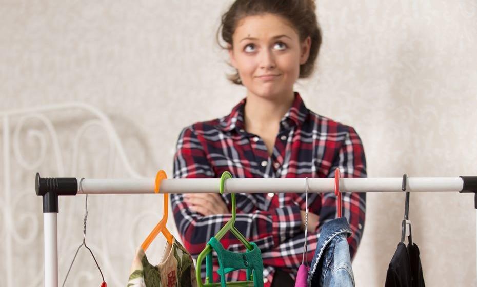 Selecione a roupa a guardar. Para quem tem pouco espaço em casa, esta tarefa é particularmente importante. Seleccione exactamente aquilo que quer e evite guardar o que sabe que já não vai usar no ano seguinte.