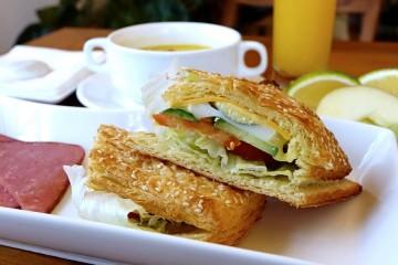 Acha que toma um pequeno-almoço saudável? Por vezes andamos enganados. A 'Authority Nutrition' elaborou uma lista com as piores comidas que pode ingerir de manhã. Veja aqui.