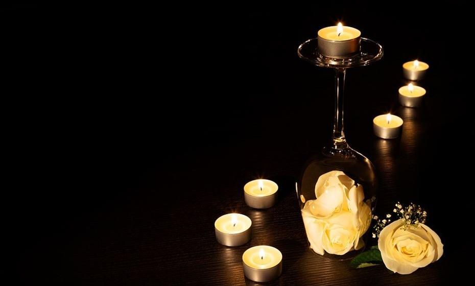 Prepare uma espécie de circuito pela casa com velas e pétalas no chão. Ela ao chegar a casa deve ter uma mensagem a dizer para seguir o caminho e, no final, está o anel.
