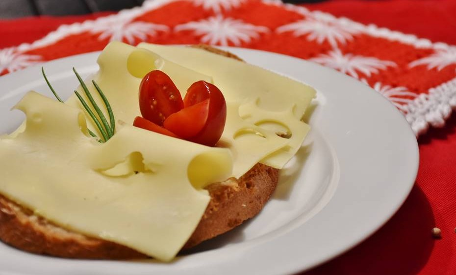 Embora o consumo de queijo seja saudável e seguro, algumas pessoas podem precisar de ter cuidado ou evitar o seu consumo devido à intolerância à lactose. Esta incapacidade de digerir totalmente a lactose está associada a gazes, diarreia e outros sintomas adversos.