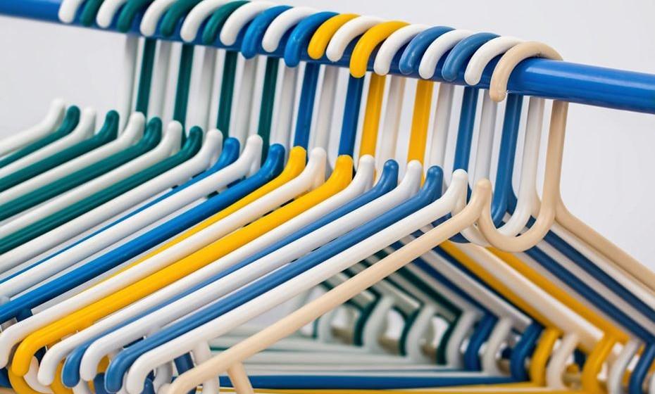Pode organizar a roupa por dois blocos de cor: branca, que tem de estar idealmente bem armazenada a vácuo, e de cor/preta que deve estar particularmente protegida da luz.