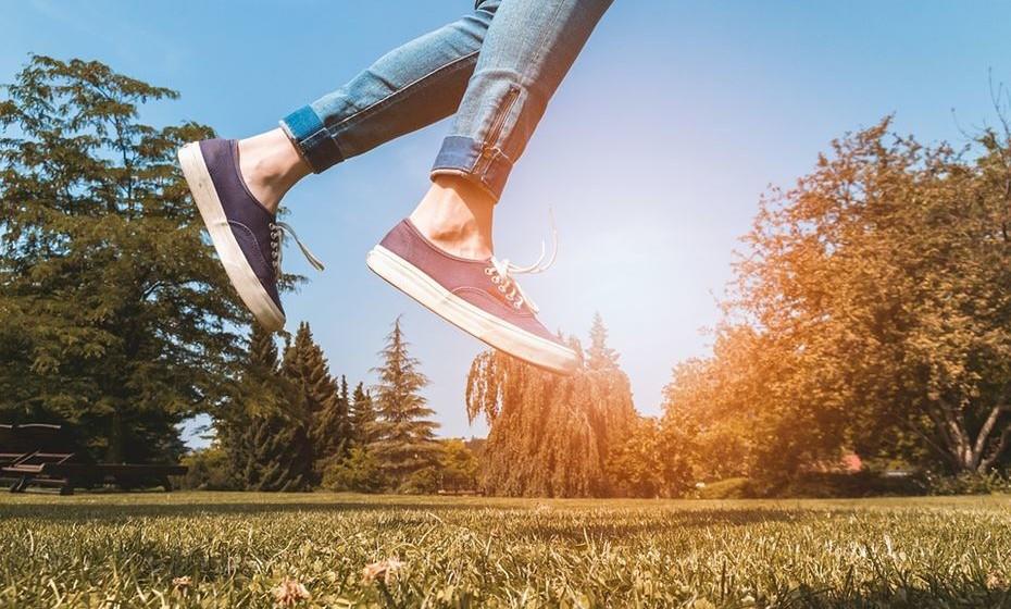 Vá ao parque: Aproveite o bom tempo e passe algum tempo ao ar livre. Pode levar uma toalha e passar a tarde a ler ou juntar amigos e família para um piquenique seguido de uma tarde de jogos.