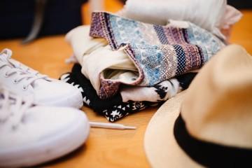 Está na hora de dar volta ao roupeiro e trocar a roupa de inverno pela mais fresca. Mas a que vai guardar deve ser bem arrumada para estar em bom estado quando voltar a ser usada. Veja o que fazer.