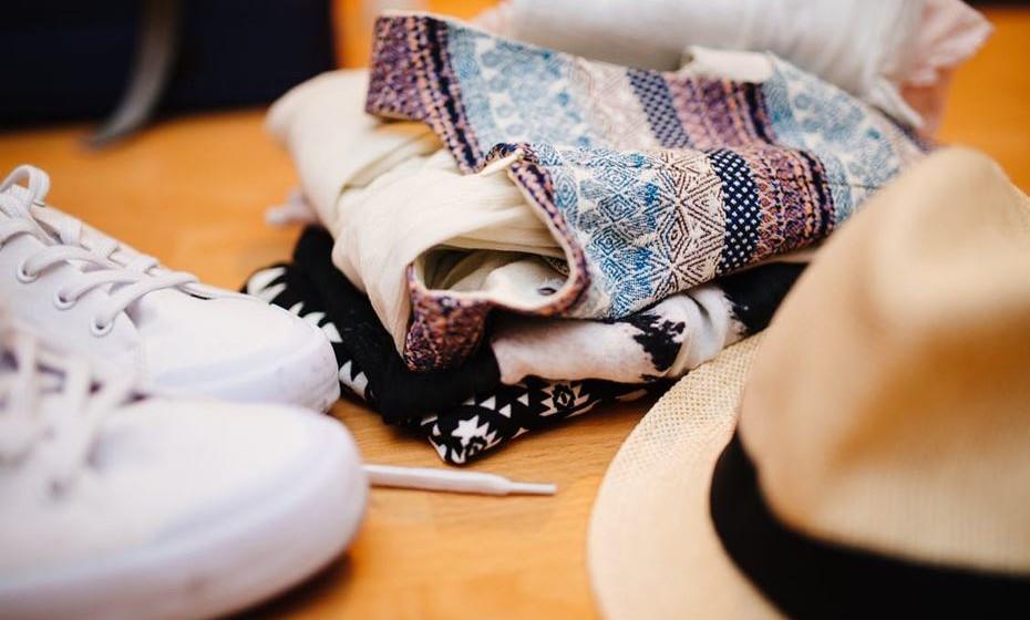Está na hora de dar volta ao roupeiro e trocar a roupa de verão por outra mais quentinha e aconchegante. Mas a que vai guardar deve ser bem arrumada para estar em bom estado quando voltar a ser usada. Veja o que fazer.