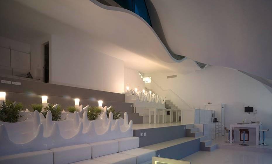 A casa possui uma sala ampla, piscina, terraço e varandas de vidro, Para existir sempre uma ligação ao mar.