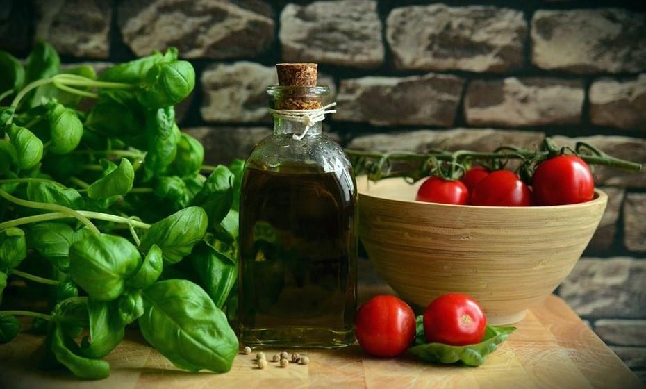 Tomate e azeite: É sabido que o azeite é uma gordura boa, que ajuda a reduzir o mau colesterol e aumentar o bom colesterol. Se combinado com tomate, o azeite extra virgem ajuda a aumentar o seu efeito antioxidante.